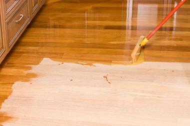 Grenen vloer schuren en lakken beitsen werkspot